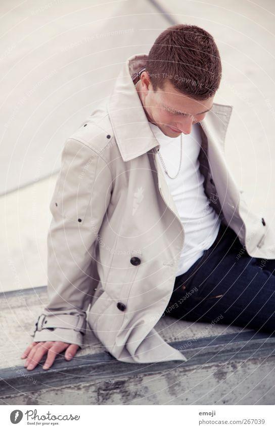 ein Mann für inkje Mensch Jugendliche schön Erwachsene Mode sitzen maskulin 18-30 Jahre Junger Mann Lächeln Jacke trendy positiv Trenchcoat