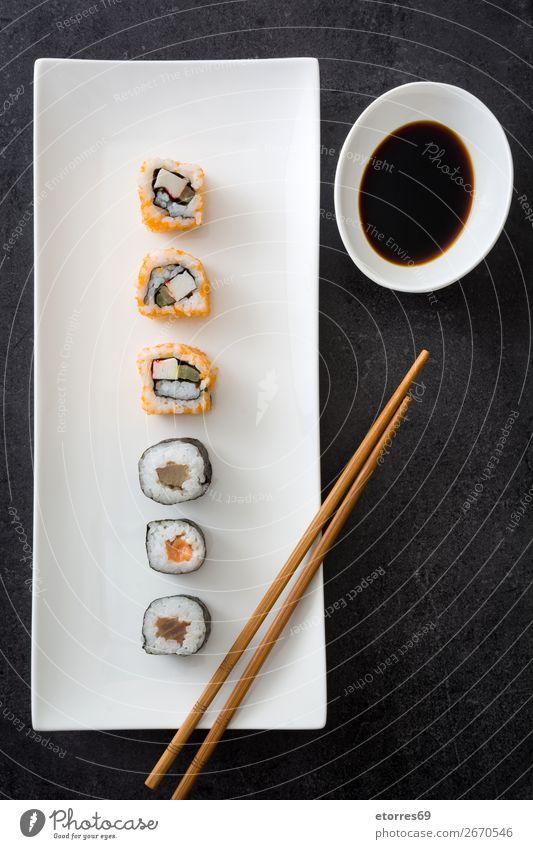 Sushi-Sortiment und Sojasauce Lebensmittel Gesunde Ernährung Foodfotografie Japanisch Reis Fisch Lachs Meeresfrüchte Brötchen Mahlzeit machen Feinschmecker