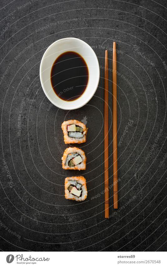Sushi-Sortiment und Sojasauce auf schwarzem Hintergrund Lebensmittel Gesunde Ernährung Foodfotografie Japanisch Japaner Reis Fisch Lachs Meeresfrüchte Brötchen
