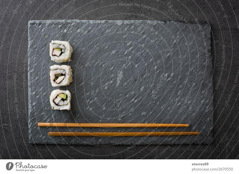 weißes Sushi und Essstäbchen auf schwarzem Schiefer Lebensmittel Gesunde Ernährung Foodfotografie Japanisch Japaner Reis Fisch Lachs Meeresfrüchte Brötchen