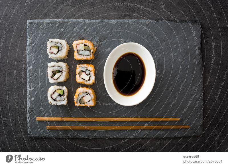 Sushi-Sortiment und Sojasauce in schwarzem Schiefer Lebensmittel Gesunde Ernährung Foodfotografie Japanisch Reis Fisch Lachs Meeresfrüchte Brötchen Mahlzeit