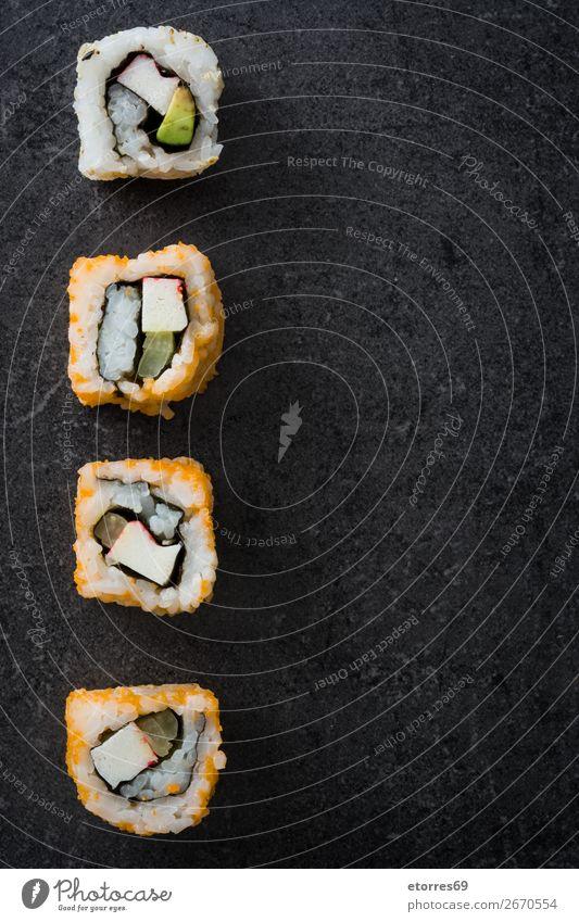 Sushi-Sortiment auf schwarzem Hintergrund. Lebensmittel Gesunde Ernährung Foodfotografie Japanisch Reis Fisch Lachs Meeresfrüchte Brötchen Mahlzeit machen