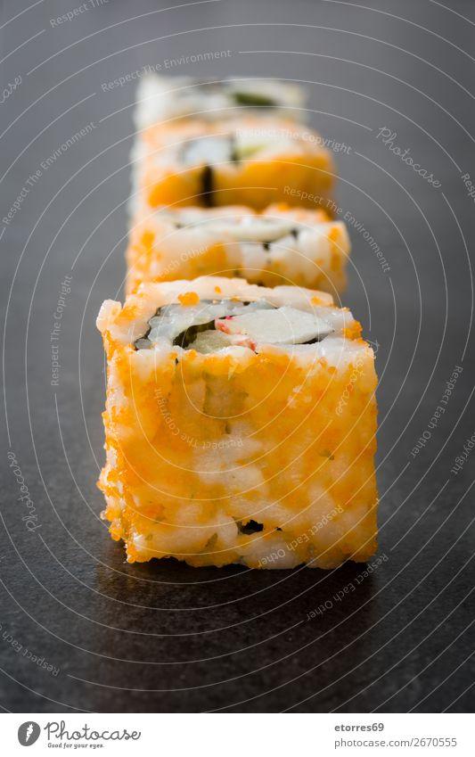 Sushi-Sortiment auf schwarzem Hintergrund. Lebensmittel Gesunde Ernährung Foodfotografie Japanisch Japaner Reis Fisch Lachs Meeresfrüchte Brötchen Mahlzeit