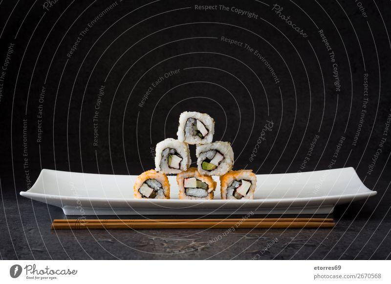 Sushi-Sortiment in weißer Platte auf schwarzem Hintergrund Lebensmittel Gesunde Ernährung Foodfotografie Japanisch Reis Fisch Lachs Meeresfrüchte Brötchen