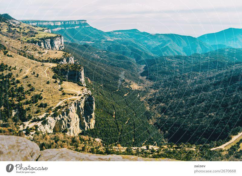 Eine steile Klippe von oben gesehen mit einer riesigen Fläche von Feldern voller Bäume unten schön Windstille Ferien & Urlaub & Reisen Abenteuer