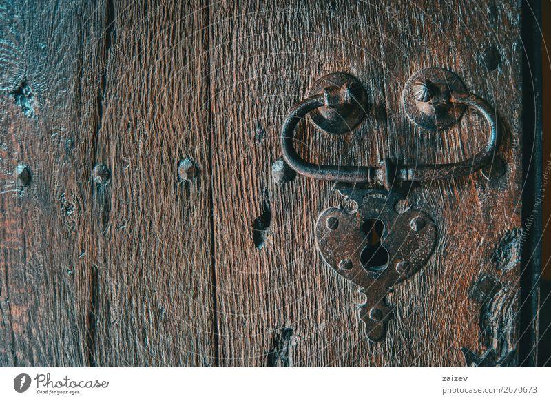 Detail eines Schlosses und einer Klinke einer mittelalterlichen Holztür, von der Vorderseite aus aufgenommen Design Ferien & Urlaub & Reisen Tourismus Haus