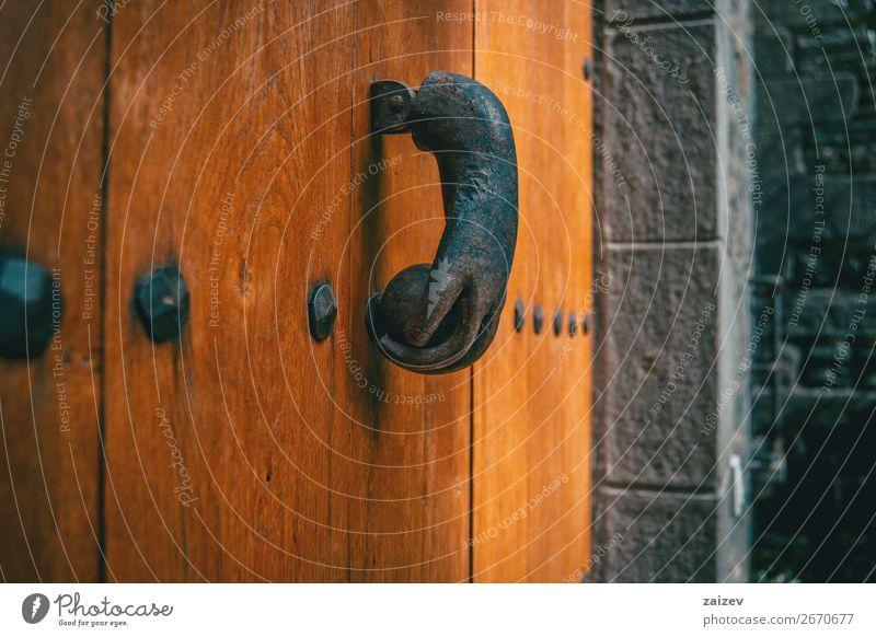 Ein alter Metallklopfer in Form einer Hand an einer Holztür eines mittelalterlichen Dorfes Design Ferien & Urlaub & Reisen Tourismus Haus