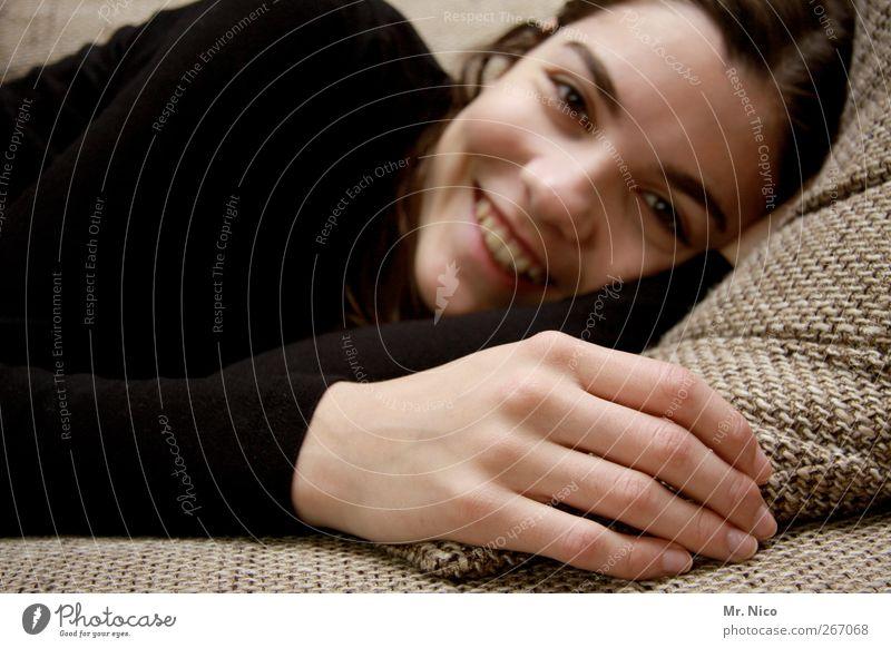 lieblingsplatz Wohlgefühl Zufriedenheit Erholung ruhig Sofa feminin Mädchen Jugendliche Haut Gesicht Hand Finger 13-18 Jahre Kind schön natürlich Gefühle Glück