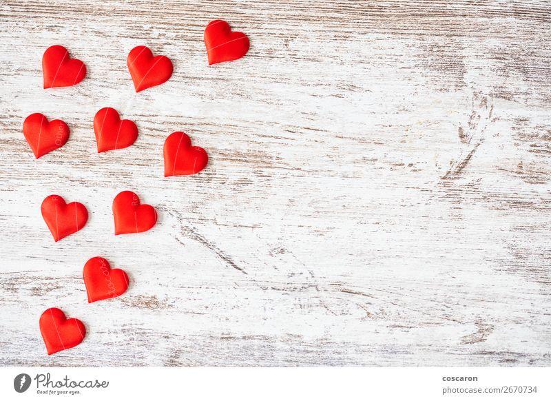 Viele Herzen auf Holzuntergrund. Valentinstag-Konzept. Design Glück schön Gesundheit Gesundheitswesen Dekoration & Verzierung Tisch Feste & Feiern Hochzeit