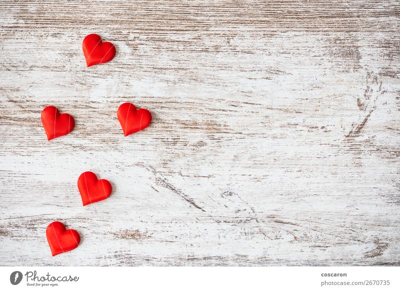 Viele Herzen auf Holzuntergrund. Valentinstag-Konzept. Lifestyle Design Glück schön Gesundheit Gesundheitswesen Dekoration & Verzierung Tisch Feste & Feiern