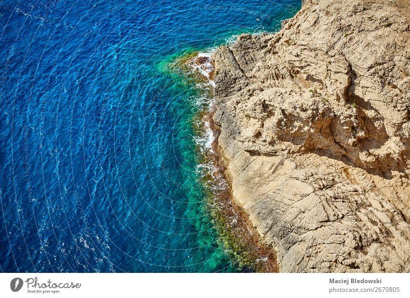 Luftaufnahme einer felsigen Küste, Mallorca. Ferien & Urlaub & Reisen Sommer Meer Wellen Natur Landschaft Felsen blau entdecken Wasser Hintergrund Spanien