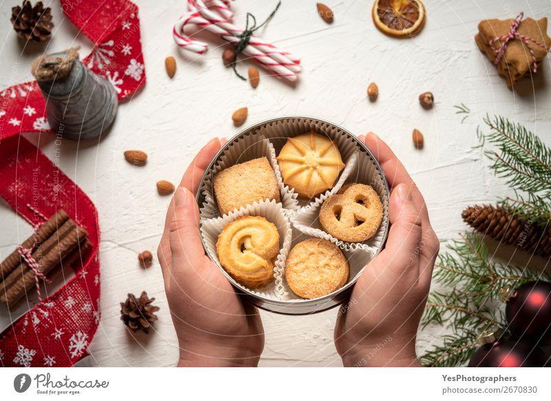 Frau mit Keksdose über dem weihnachtlichen Tisch Dessert Süßwaren Winter Dekoration & Verzierung Feste & Feiern Weihnachten & Advent Silvester u. Neujahr lecker