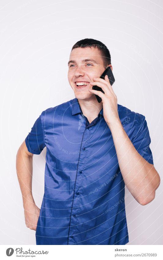 junger Mann, der emotional am Telefon spricht. Lifestyle elegant Freizeit & Hobby Spielen Mensch maskulin Jugendliche Erwachsene 1 18-30 Jahre Kultur