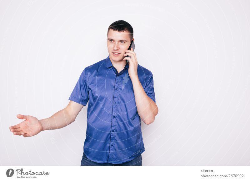 junger Mann, der emotional am Telefon spricht. Kindererziehung Bildung Arbeit & Erwerbstätigkeit Beruf Handy Technik & Technologie Unterhaltungselektronik