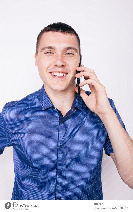 junger Mann, der emotional am Telefon spricht. Lifestyle kaufen Stil Wellness Freizeit & Hobby Spielen Geburtstag Kindererziehung Bildung