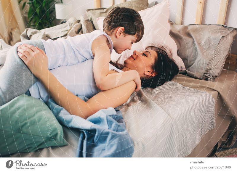 glückliche Mutter umarmt ihren Kleinkindesohn am Morgen. Lifestyle Freude Erholung Spielen Schlafzimmer Kind Junge Eltern Erwachsene Familie & Verwandtschaft