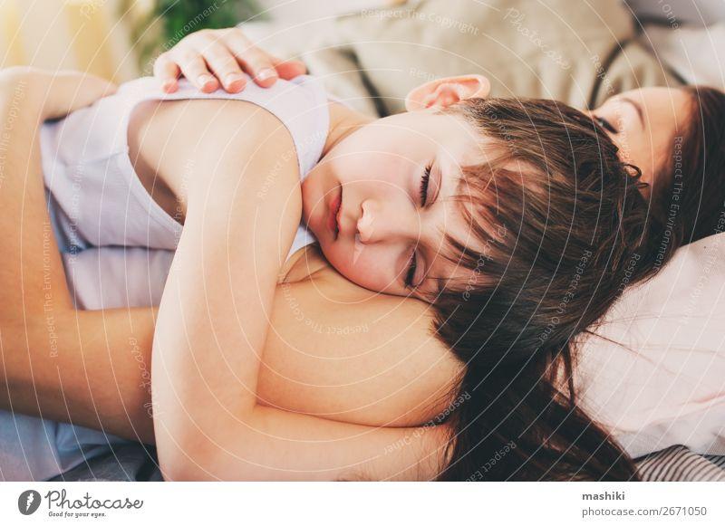 Kind Erholung Freude Lifestyle Erwachsene Leben Liebe Gefühle Familie & Verwandtschaft Junge Zusammensein Lächeln Kindheit schlafen weich Mutter