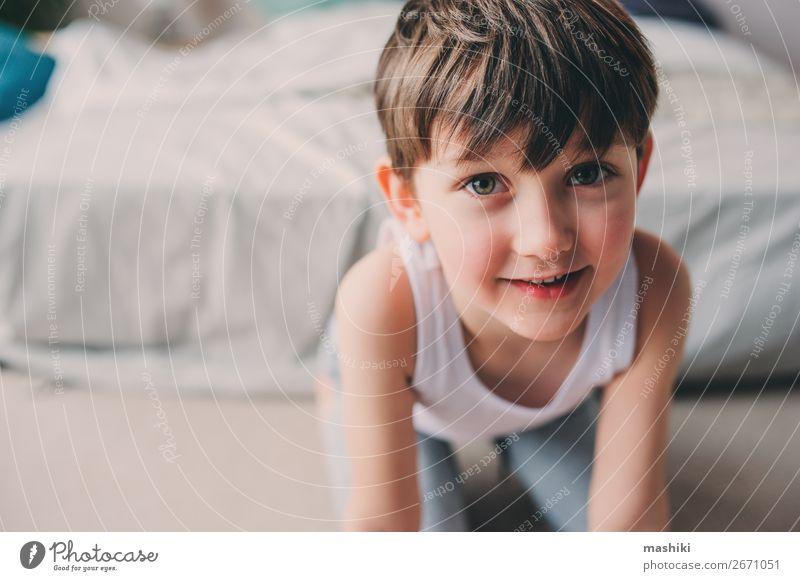 Nahaufnahme Porträt von süßem glücklichem Kind Junge Junge Lifestyle Freude Glück Spielen Freiheit Schlafzimmer Kindheit Lächeln schlafen springen authentisch