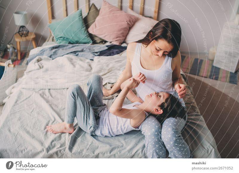 glückliche Mutter umarmt ihren Kleinkindesohn am Morgen. Lifestyle Freude Leben Erholung Spielen Schlafzimmer Kind Junge Eltern Erwachsene