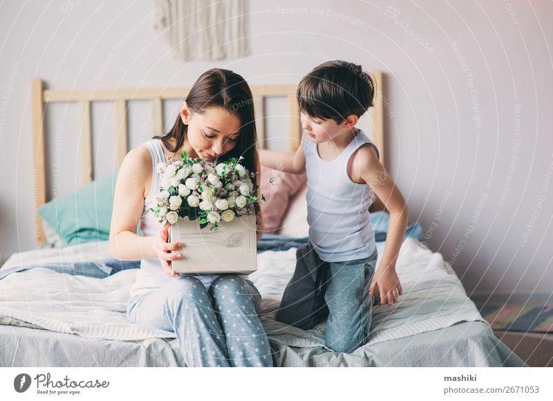 glückliches Kind Junge schenkt Blumen an Mama Lifestyle Freude Leben Schlafzimmer Muttertag Kleinkind Eltern Erwachsene Familie & Verwandtschaft Kindheit