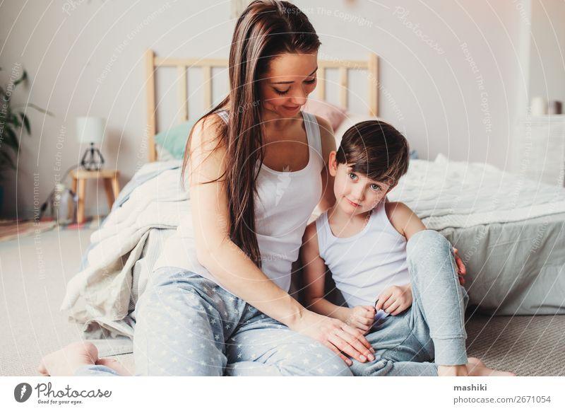 jung glücklich Mutter tröstlich Kind Sohn Sohn Kleinkind Junge Eltern Erwachsene Familie & Verwandtschaft Kindheit berühren Liebe Traurigkeit Umarmen klein