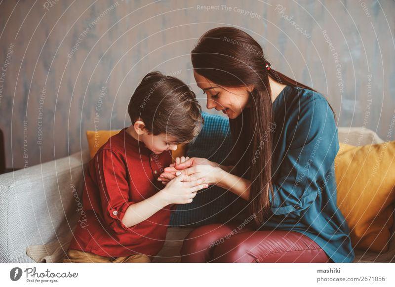 Innenportrait der glücklichen Mutter und des glücklichen Sohnes eines Kindes Lifestyle Freude Leben Spielen Kindererziehung Schule Baby Kleinkind Junge Eltern