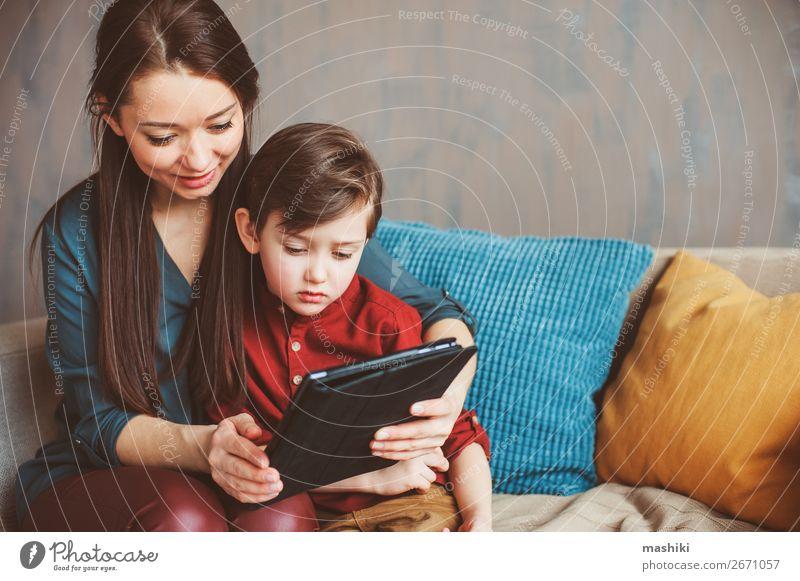 glückliche Mutter und Kleinkind Sohn mit Tablette Lifestyle Freude Erholung Freizeit & Hobby Spielen Kind Schule Computer Bildschirm Technik & Technologie