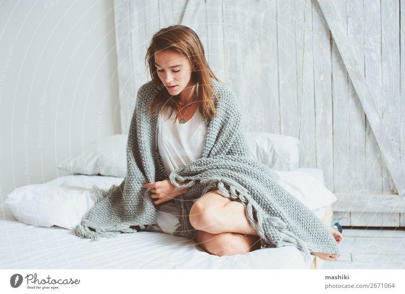 junge sexy Frau, die sich zu Hause im Bett entspannt. Lifestyle Reichtum Körper Haut Erholung Schlafzimmer feminin Erwachsene Mode Pullover Unterwäsche schlafen