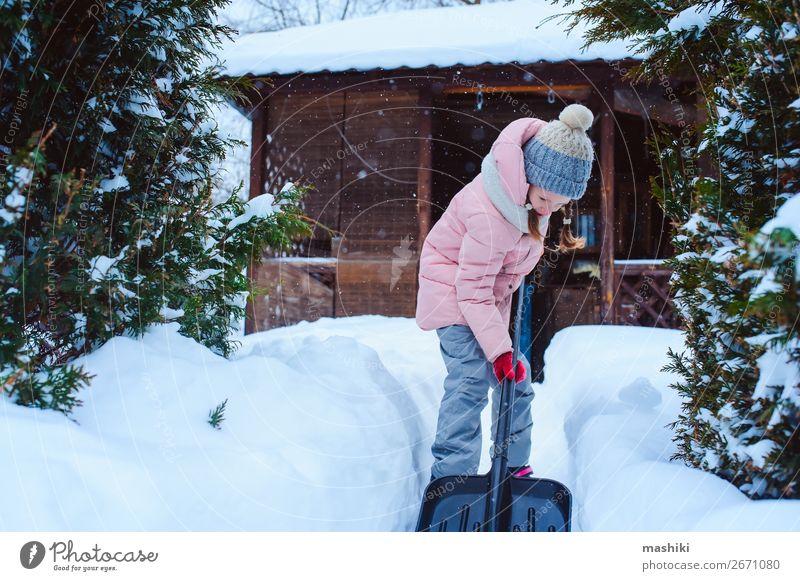 Kind Mädchen hilft bei der Reinigung des Weges vom Schnee Spielen Winter Winterurlaub Haus Garten Werkzeug Wetter Unwetter Schneefall Fröhlichkeit Sauberkeit