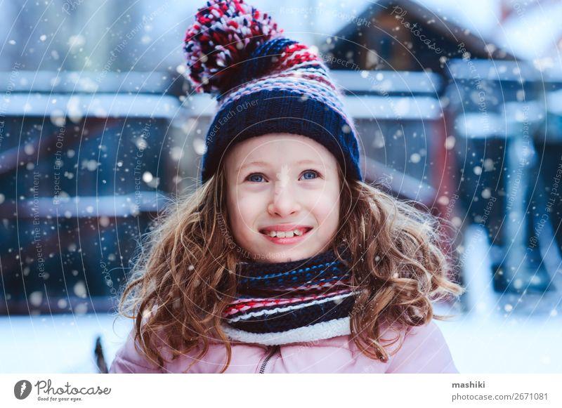 Winterporträt eines glücklichen Kindes Mädchens beim Spielen im Freien Lifestyle Freude Glück Freizeit & Hobby Ferien & Urlaub & Reisen Schnee Garten