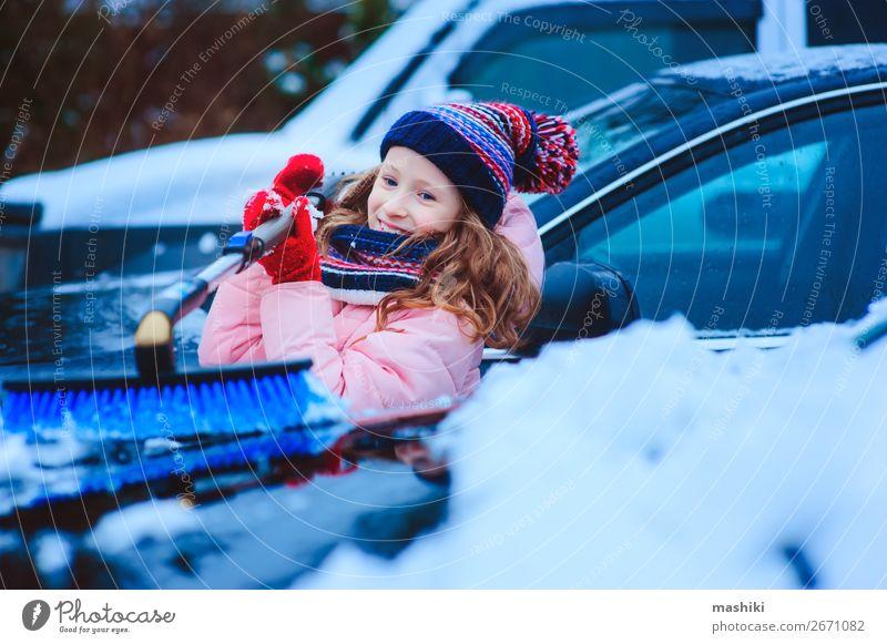 Kind Mädchen hilft bei der Reinigung des Autos vom Schnee Winter Wetter schlechtes Wetter Unwetter Schneefall Verkehr Straße Fahrzeug PKW klein Sauberkeit kalt
