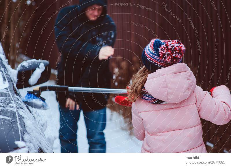 Kind Mädchen Reinigung Auto aus Schnee mit Papa Spielen Winter Werkzeug Vater Erwachsene Familie & Verwandtschaft Wetter schlechtes Wetter Unwetter Schneefall