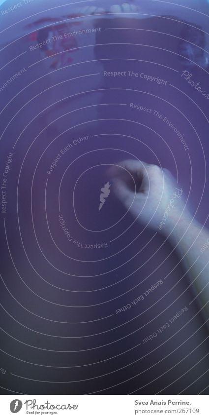 purpur. feminin Junge Frau Jugendliche Arme Hand Finger Beine Fuß 1 Mensch 18-30 Jahre Erwachsene Bad Badewanne Wasser Schwimmen & Baden sitzen dunkel kalt