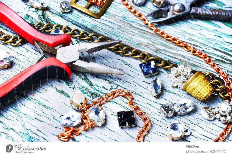 Herstellung von handgemachtem Schmuck anketten Handwerk Halskette gold Metall Silber Mode Juwel Stein Wulst Diamant Reichtum handgefertigt Schmuckanhänger