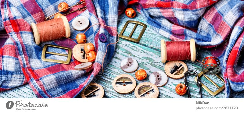 Nähen von Knöpfen und Garnspulen Schaltfläche Faser Nadel Handwerk Werkzeug Textil nähen Handarbeit Stoff handgefertigt Spule Bekleidung Damenschneiderei Hobby