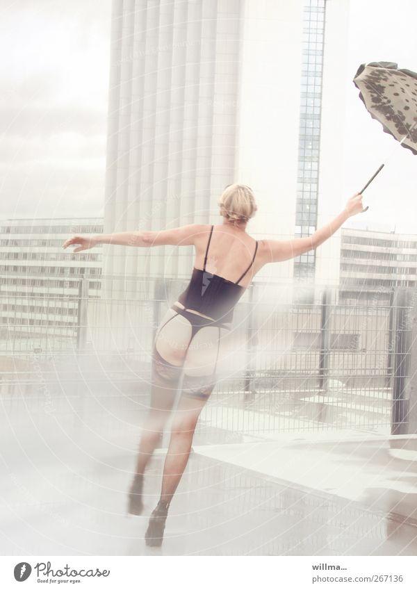 Die frivole Mary Poppins Lifestyle feminin Junge Frau Jugendliche Erwachsene Wind Strümpfe Unterwäsche Strapse Korsage Tanga Regenschirm blond träumen Erotik