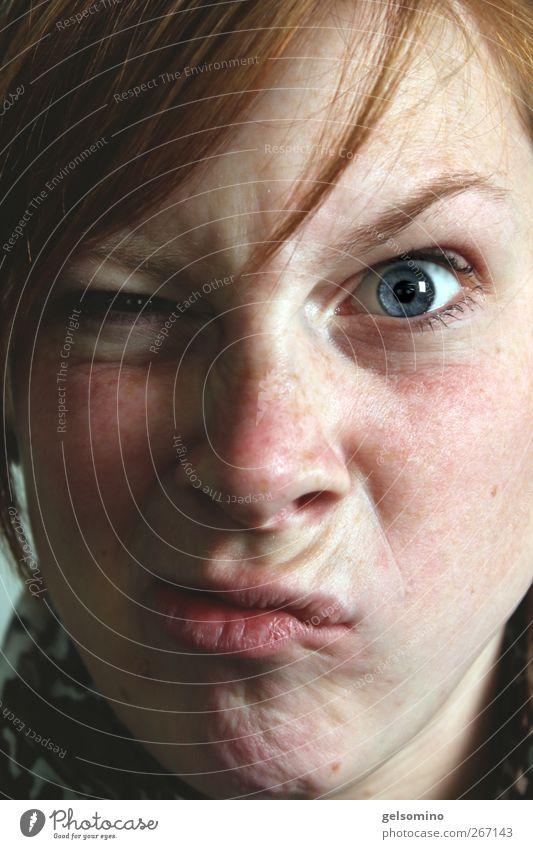 Ey!!! Jugendliche blau rot Auge feminin Bewegung lustig Kraft wild Junge Frau beobachten nah stark Wut Mut Wachsamkeit