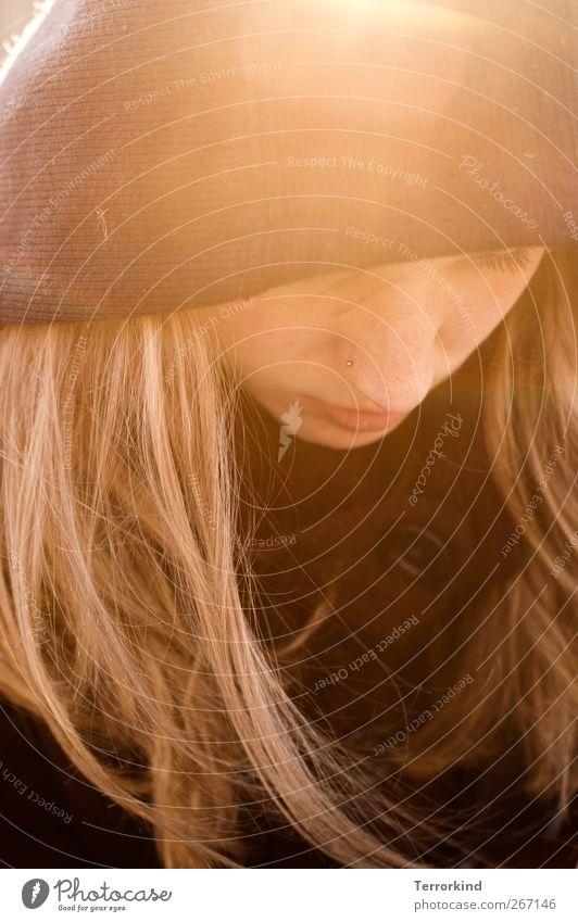 Kontrast.progamm. Mensch Frau Sonne Gesicht Haare & Frisuren blond Mund Nase Konzentration Jacke Piercing Mantel Knöpfe verträumt Kapuze Bildart & Bildgenre