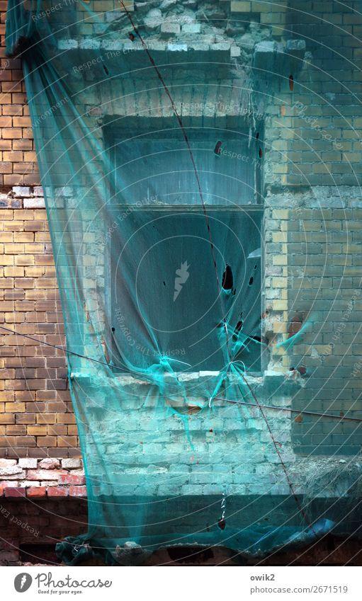 Verhängnis alt Haus Fenster Wand Deutschland Mauer Fassade Vergänglichkeit Vergangenheit Stadtzentrum Verfall verfallen Loch schäbig Zerstörung Abnutzung