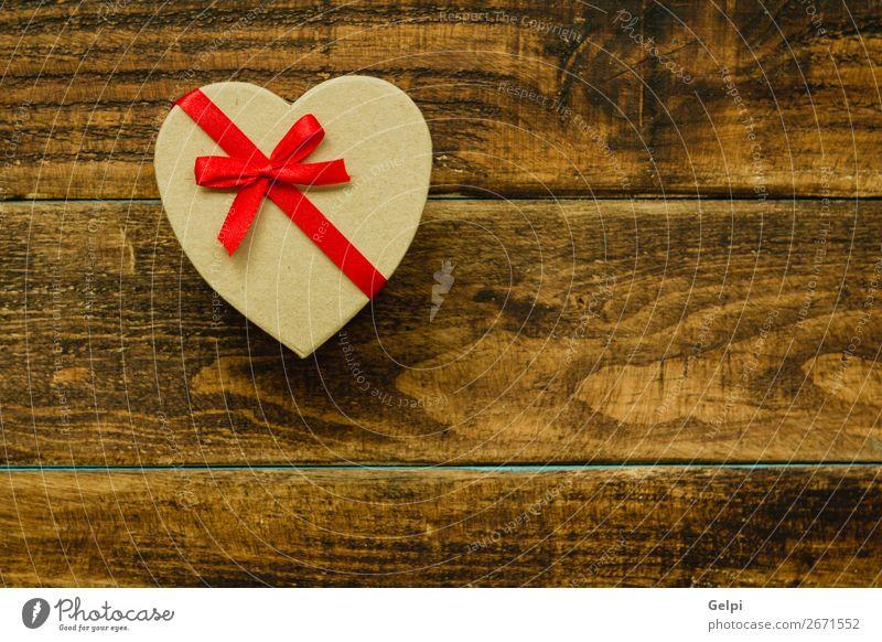 Schönes Geschenk mit Herzform und rotem Band Design Glück Handarbeit Dekoration & Verzierung Tisch Feste & Feiern Weihnachten & Advent Hochzeit Geburtstag