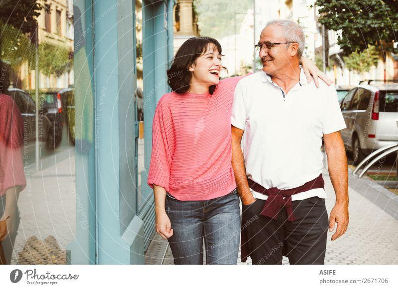 Komplizenschaft zwischen Vater und Tochter Freude Glück schön Frau Erwachsene Mann Eltern Familie & Verwandtschaft Straße Brille Lächeln lachen Liebe