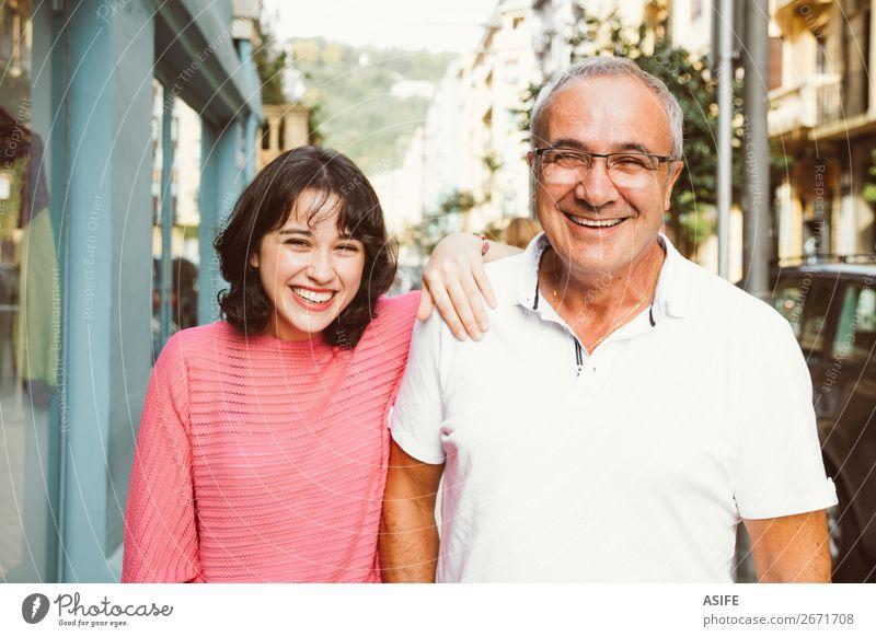 Vater und Tochter lachen gemeinsam Freude Glück schön Frau Erwachsene Mann Eltern Familie & Verwandtschaft Straße Brille Lächeln Liebe Fröhlichkeit Zusammensein