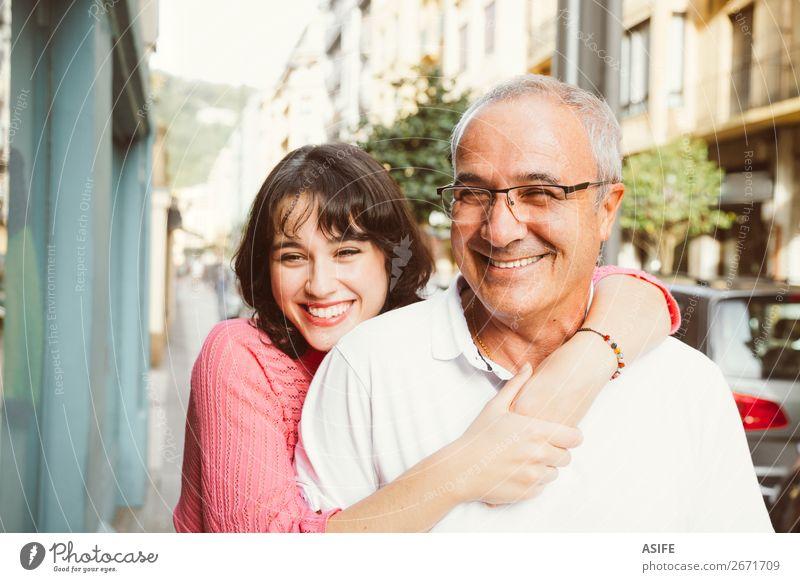 Porträt eines glücklichen Vaters und einer glücklichen Tochter, die sich auf der Straße umarmen. Freude Glück schön Frau Erwachsene Mann Eltern