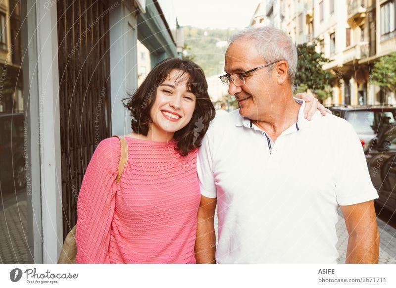 Sie ist stolz auf ihren Vater. Freude Glück schön Frau Erwachsene Mann Eltern Familie & Verwandtschaft Straße Brille Lächeln lachen Liebe Fröhlichkeit