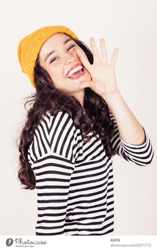 Herbst- oder Wintermädchen schreit Glück Frau Erwachsene Mund Hand Kleid Lächeln schreien Telefongespräch Fröhlichkeit lustig gelb schwarz weiß Mädchen Menschen