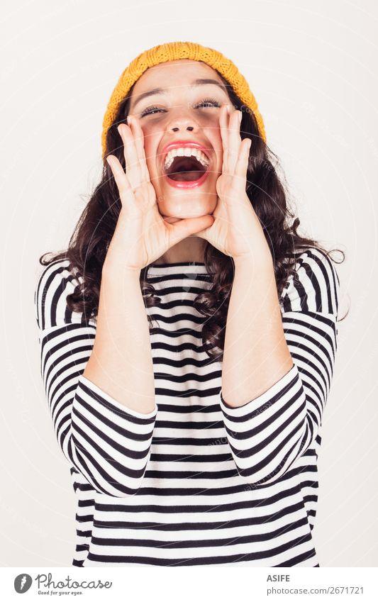 Schreiendes Mädchen Glück Winter Frau Erwachsene Mund Zähne Hand Herbst Kleid schreien Telefongespräch Fröhlichkeit lustig gelb schwarz weiß Menschen hübsch