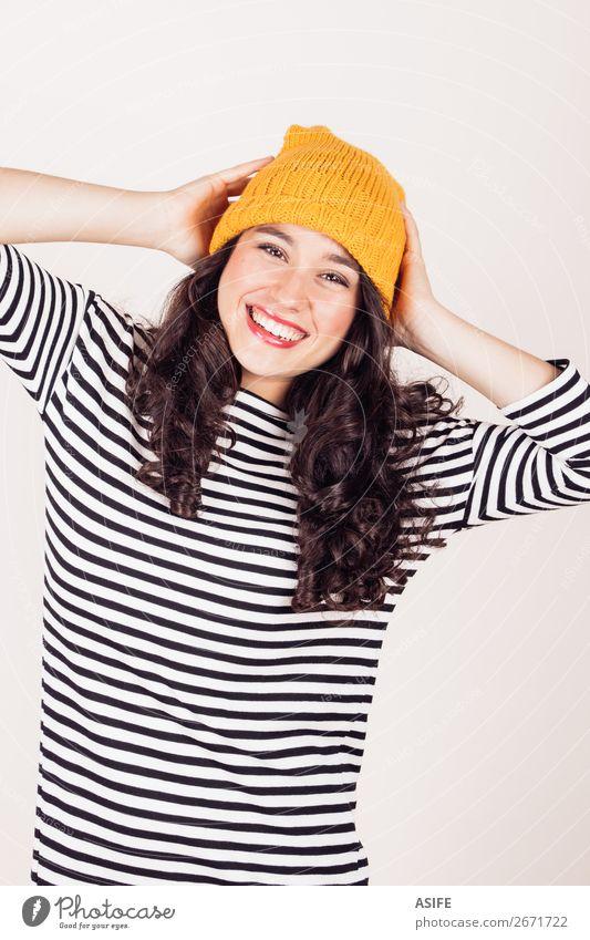 Fröhliches Herbst- oder Wintermädchen mit Wollmütze Glück schön Frau Erwachsene Kleid brünett Lächeln Fröhlichkeit lustig gelb schwarz weiß Mädchen