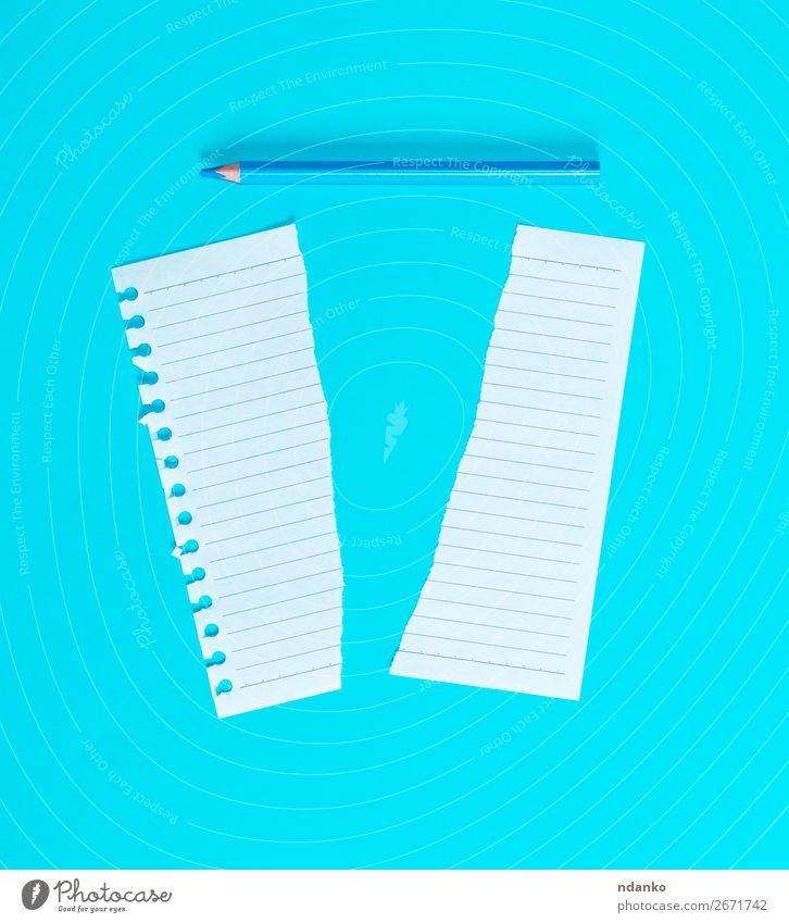 in halbweißem Blanko-Blatt in Linie gerissen Schule Büro Business Papier Zettel Schreibstift Holz schreiben blau Idee Plan Hintergrund blanko Entwurf Kopie