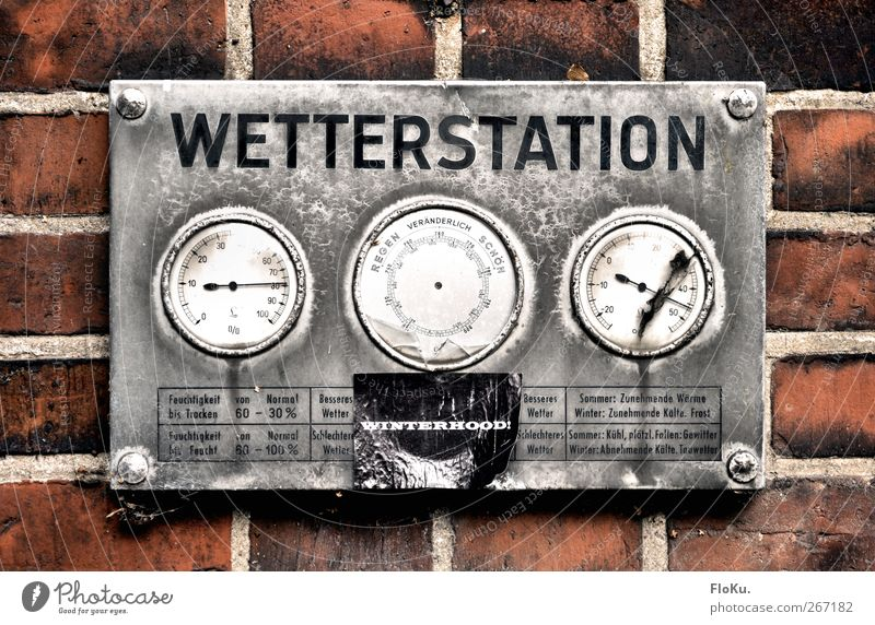Wetterstation alt rot grau Metall Klima kaputt trist retro verfallen Backstein Rost silber Klimawandel messen Messinstrument