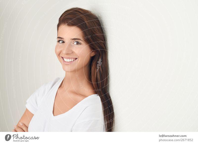 Porträt einer schönen jungen Frau, die lächelt. Glück Haut Gesicht Erwachsene 1 Mensch 18-30 Jahre Jugendliche brünett Lächeln natürlich niedlich